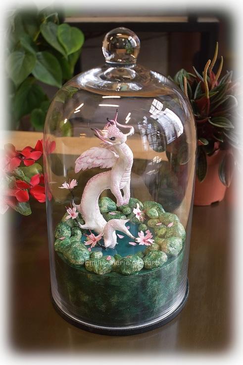 Sculpture Petit dragon asiatique sous cloche en verre